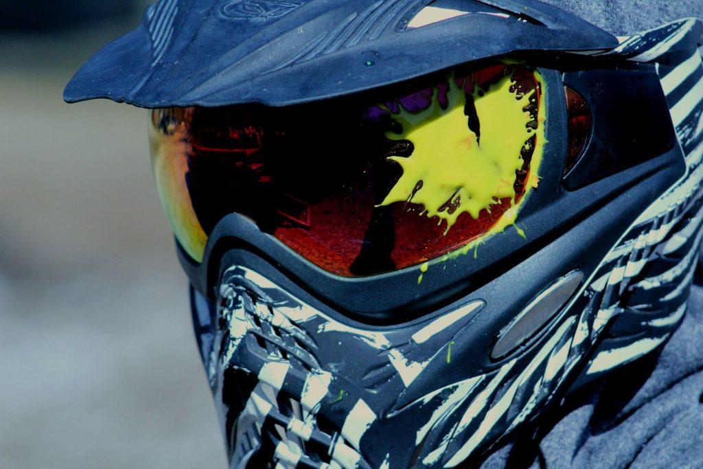 Un masque de paintball, avec un impact de bille de paintball. Ce masque de paintball montre à qu'elle point il est important d'être bien équipé pour jouer au paintball