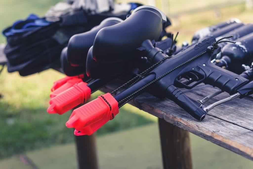 Sur cette image on peut observer des pistolets de paintball. Un pistolet de paintball / fusil de paintball est une arme pour pratiquer le paintball